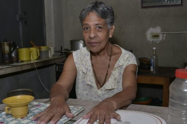«Nunca pensé que pasaría hambre»: Así es vivir con una pensión de US$1,3 al mes en Venezuela
