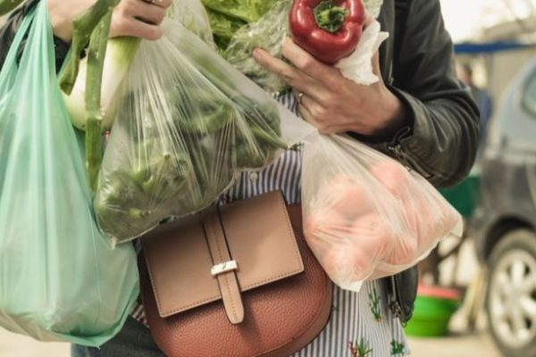 Comida y ropa: Venezolanos utilizan el trueque para pagar por servicios