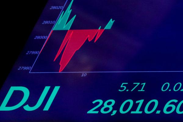 Dow Jones subió pero el Nasdaq y el S&P cayeron en mercado inquieto por covid-19