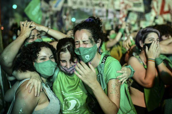 Senado de Argentina aprueba proyecto que legaliza el aborto