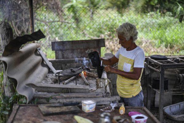 Falta de gas doméstico obliga a habitantes de Aragua cocinar con leña y piedras