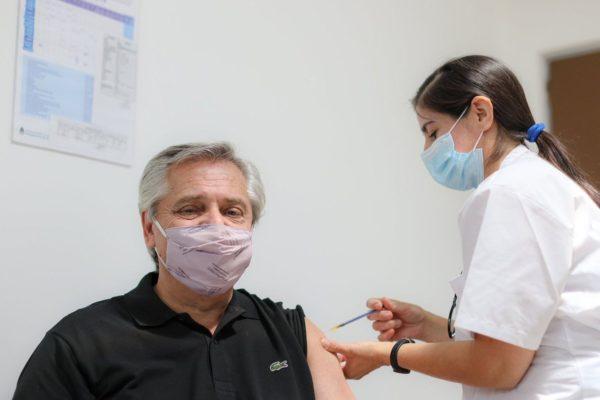 Aplican vacuna Sputnik V contra COVID-19 al presidente argentino Alberto Fernández