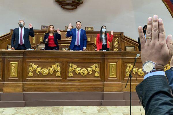 Parlamento da 48 horas al Poder Judicial para emitir órdenes de captura contra 'exdiputados'