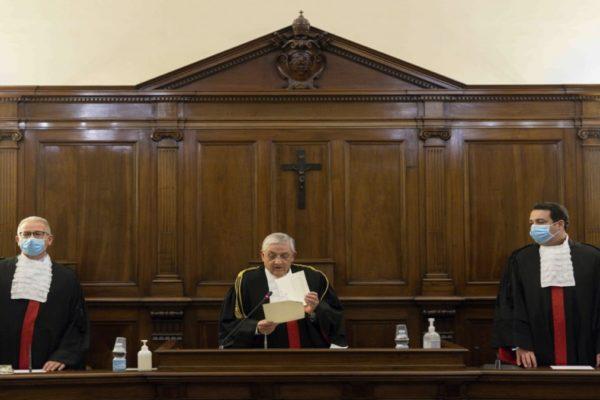 Condenan a casi 9 años de cárcel a ex presidente del Banco de Vaticano