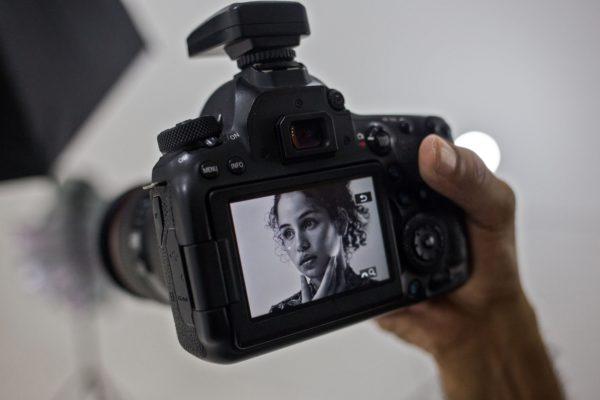 Jóvenes crean y venden contenido sexual para paliar crisis económica en Venezuela