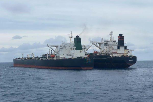 Guardia costera de Indonesia detiene a buque iraní por trasvase ilegal de crudo presuntamente venezolano
