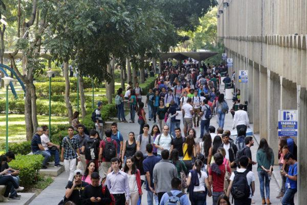 Gobierno ordena a universidades privadas congelar precios para «evitar impacto inflacionario»