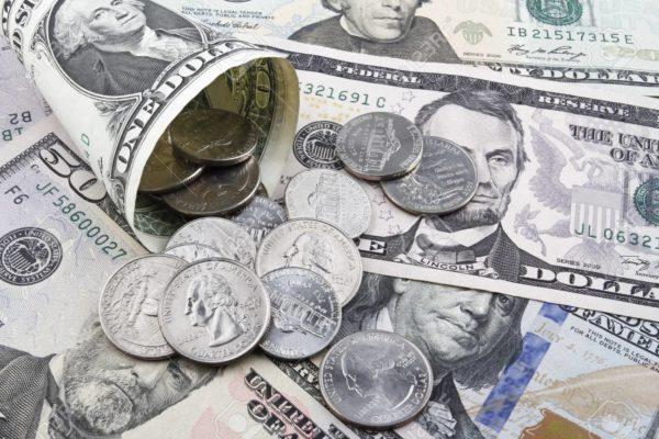 Vueltos en monedas de dólar, un paliativo que ya se observa en comercios de Caracas