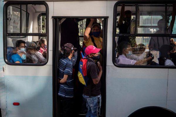 Transportistas denuncian que el 70% de las unidades están paralizadas por falta de combustible