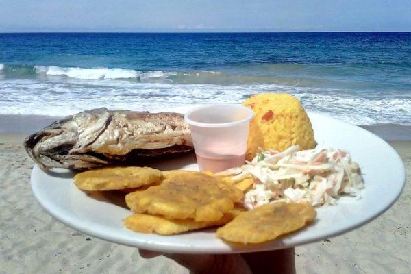 Hasta US$30 cuesta un pescado frito: Los altos precios de la comida en la playa