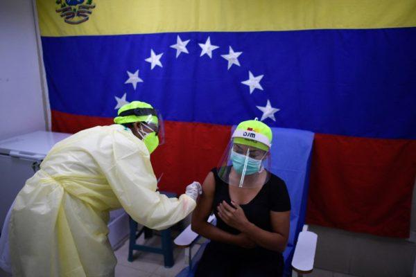 Venezuela iniciará vacunación a docentes con la vacuna china Sinopharm