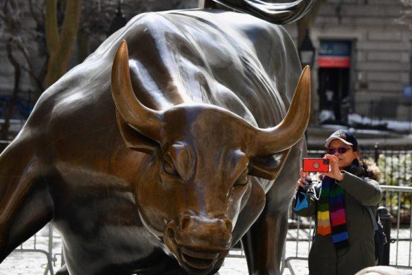 Wall Street cierra con récords en el Dow y el S&P 500 tras firma del estímulo