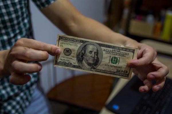 «De momento no hay solución»: Lo que dijo Felipe Capozzolo sobre los dólares en mal estado