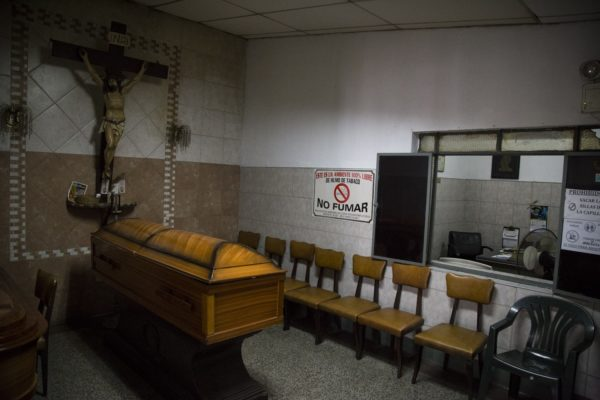 Alcaldía de Caracas ordena suspender velorios por variante brasileña de COVID-19