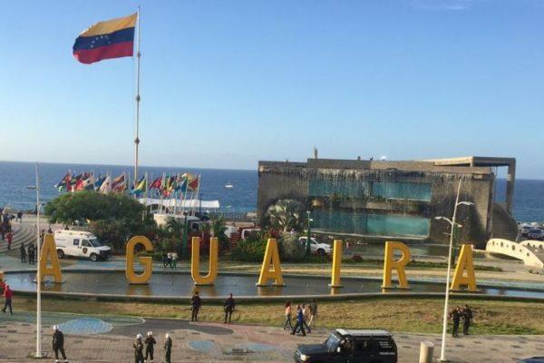 Comerciantes playeros de La Guaira reciben licencia de actividad económica