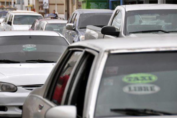 Mecánica, latonería o herrería: Los otros oficios de los taxistas para sobrevivir a la crisis
