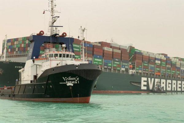 Casi 300 barcos siguen a la espera de cruzar el canal de Suez en ambas direcciones