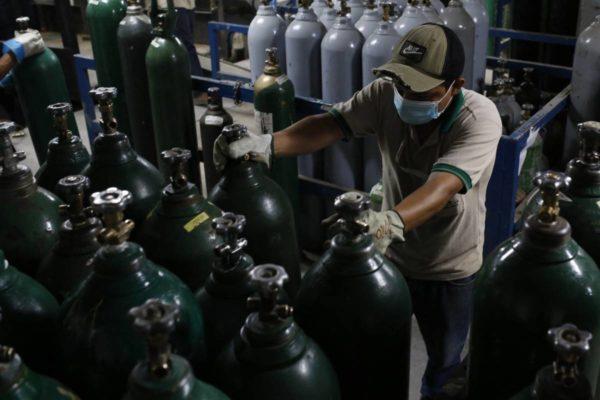 «Ruego a Dios que aún esté respirando»: El calvario por oxígeno para enfermos de Covid en Venezuela