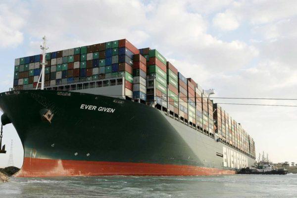Baja el número de barcos que esperan en canal de Suez pero continúa el atasco