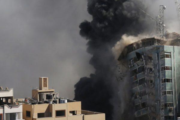 Edificio que albergaba oficinas de la agencia de noticias AP fue destruido por el ejército israelí