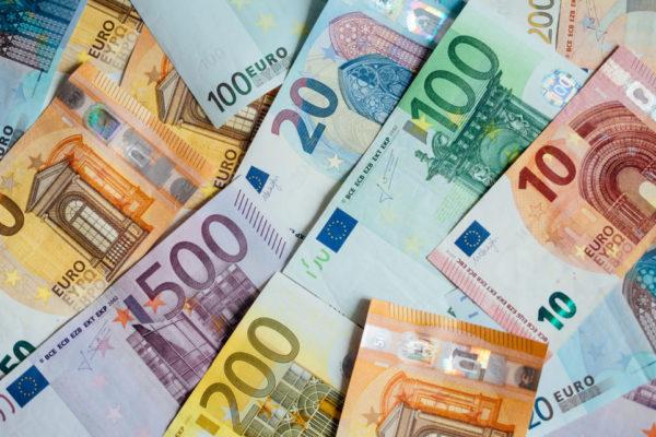 El euro cae tras las cifras de la actividad económica de EEUU