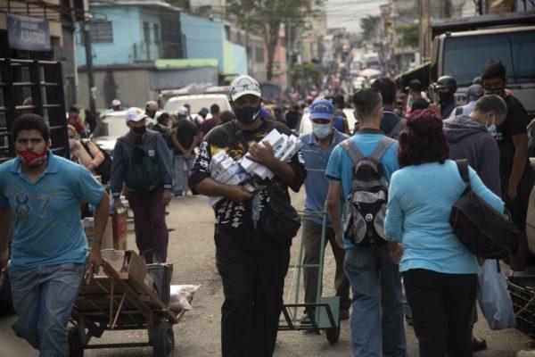 Bloomberg: Vendedores de cigarrillos son comerciantes de divisas clandestinos en Caracas