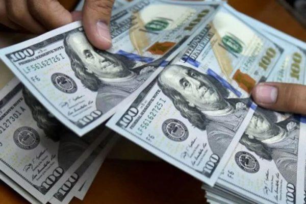 Frenazo en la liquidez no contuvo al dólar oficial que subió más que el paralelo en julio (+ cierre)