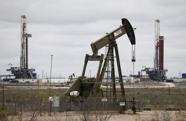 Petróleo cae tras informe sobre reservas comerciales en EEUU