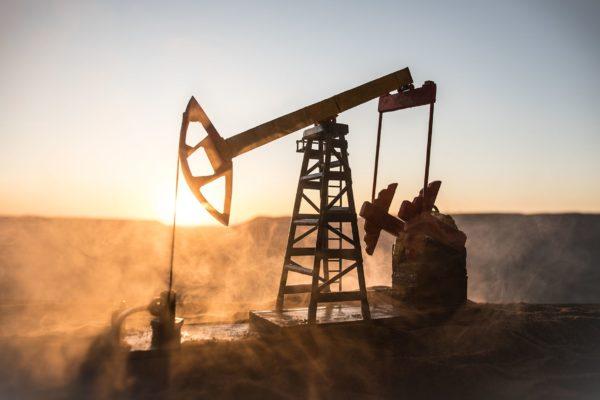 Petróleo cotiza estable por aparente mejora en niveles de demanda en EE.UU