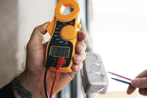 Conozca cómo proteger los equipos ante bajones de electricidad