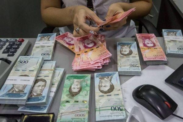Reaparecen billetes: Venezolanos corren para deshacerse del efectivo ante desconfianza por nueva reconversión