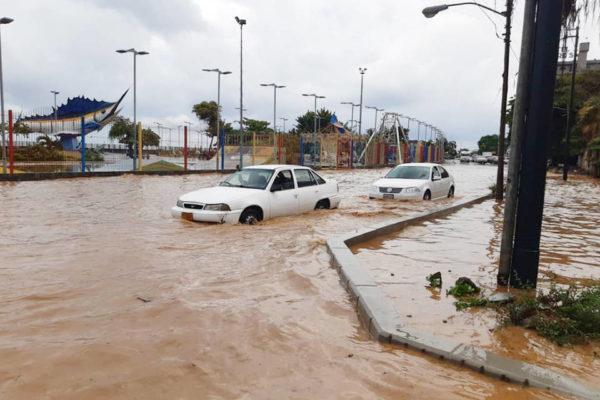 #10Ago Fuerte aguacero colapsa a Caracas con inundaciones en calles y avenidas