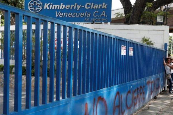 Trabajadores denuncian desfalco: la estatizada Kimberly Clark ya no produce ni para los salarios