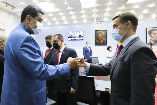 Más militares: Maduro juramentó a ministros nuevos y cambiados de despacho
