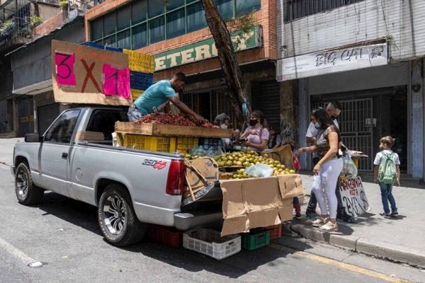 'Se gana más en la calle': el trabajo informal gana terreno en una Venezuela en crisis