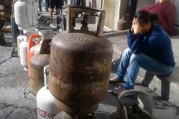 Más de un tercio de hogares venezolanos reciben bombonas de gas doméstico cada tres meses. Otro tercio no recibe