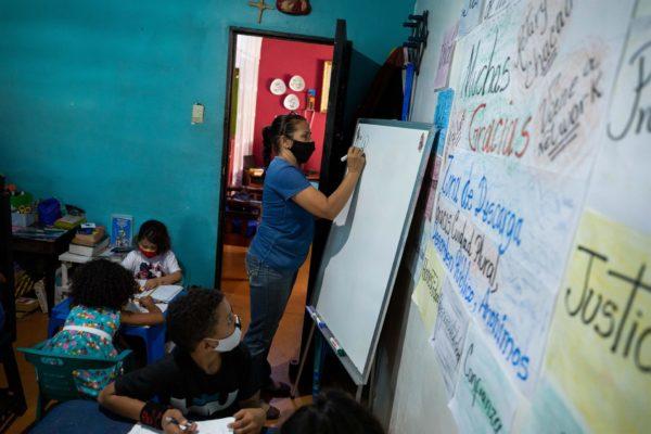 Las maestras de Petare que convierten sus casas en escuelas ante la suspensión de clases por la pandemia