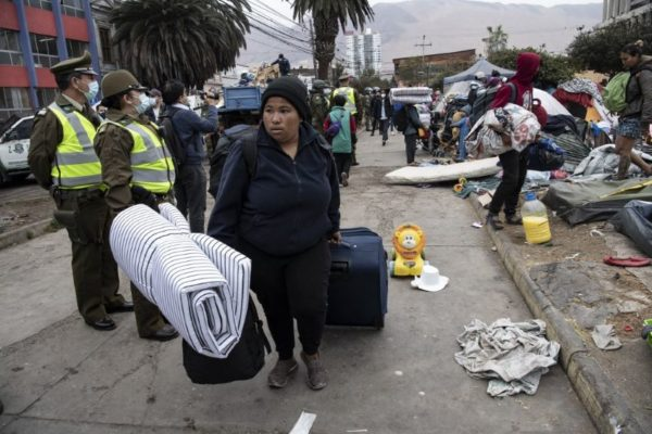 Haitianos auxilian a migrantes venezolanos hambrientos en Panamá con rumbo a EEUU