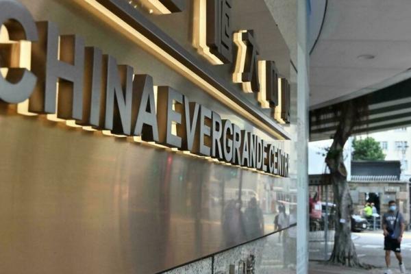 China urge a bancos a estabilizar el mercado inmobiliario por riesgo de Evergrande
