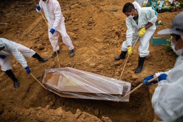 La media de muertes por covid-19 en Brasil registró el nivel más bajo en diez meses
