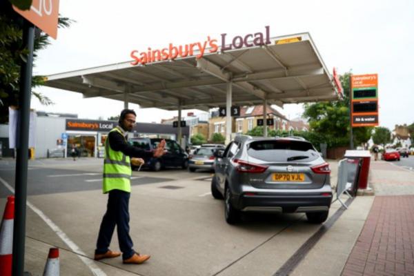 Gobierno británico admite que escasez en gasolineras puede durar otra semana